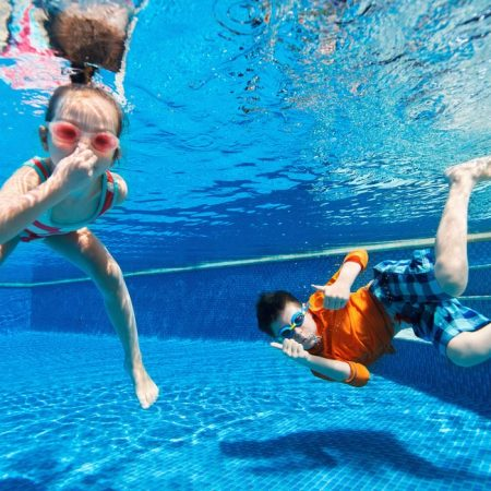 kids_in_swimming_pool_1000x650px