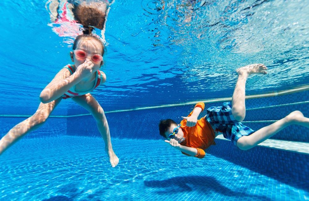 kids_in_swimming_pool_1000x650px